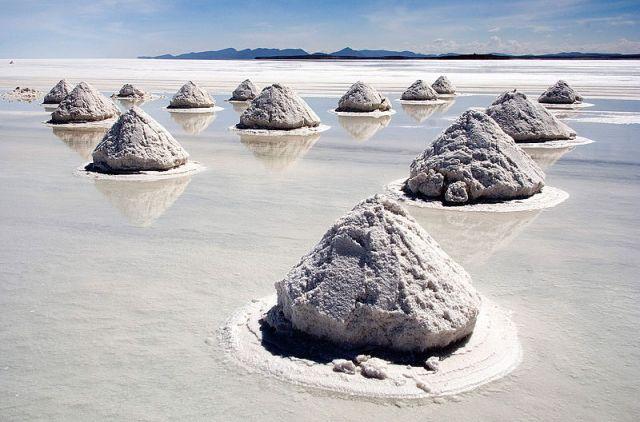 800px-Piles_of_Salt_Salar_de_Uyuni_Bolivia_Luca_Galuzzi_2006_a