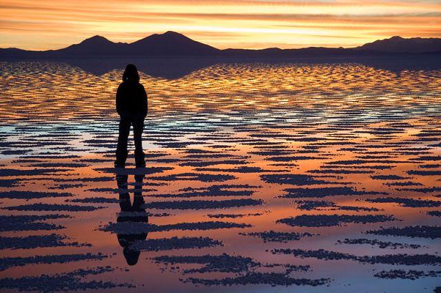 Watching_Sunset_Salar_de_Uyuni_Bolivia_Luca_Galuzzi_2006