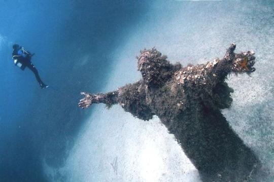 Monumento no fundo do mar em San Fruttuoso, Itália