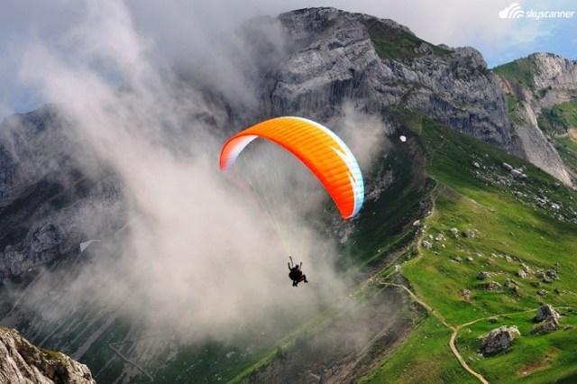 11 - Salto duplo de paraquedas no Monte Pilatus na Suiça.