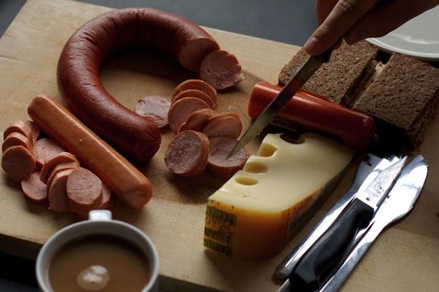 Alemanha – salsichas alemãs, juntas com pão e queijo local e servidas com café forte.
