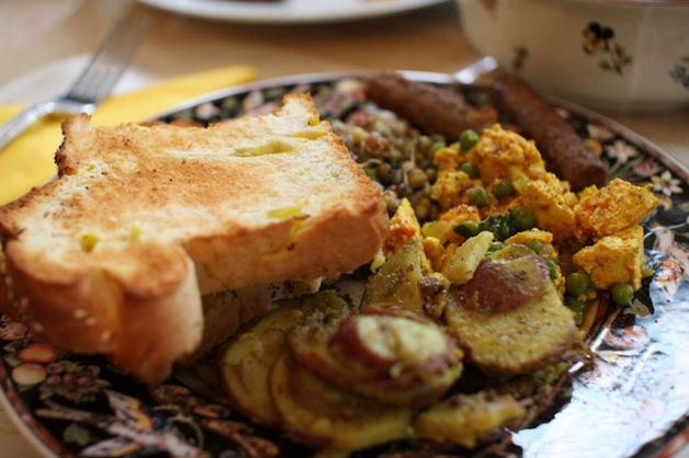 Índia – Tofu, lentilhas, salsicha vegetariana, torrada com banana e pimenta e batatas assadas com alecrim.