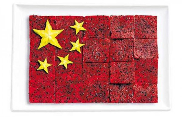Bandeira da China fez de pittaya / fruta do dragão e carambola.