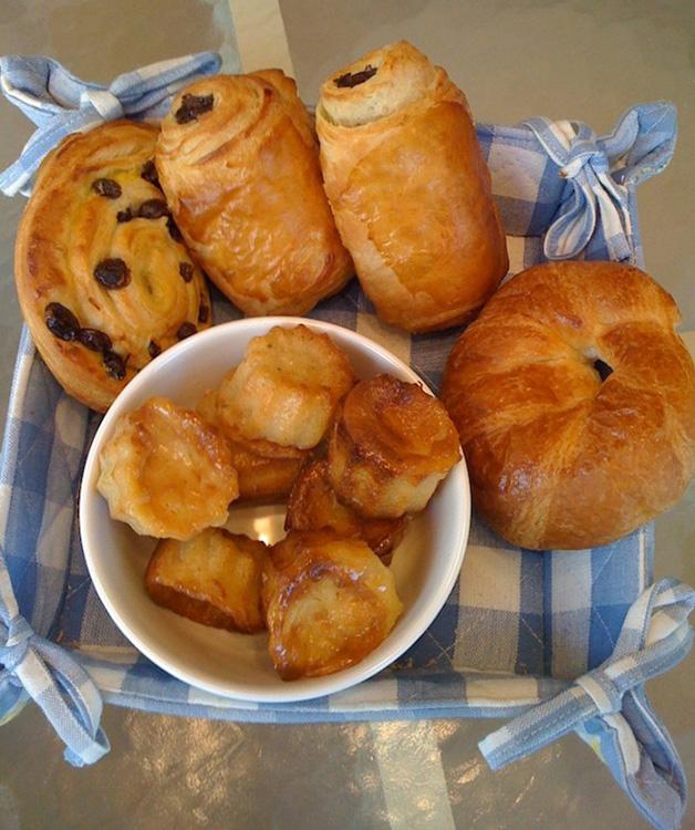 França – Os croissants, claro. Simples, com amêndoas moídas, manteiga, chocolate ou creme.