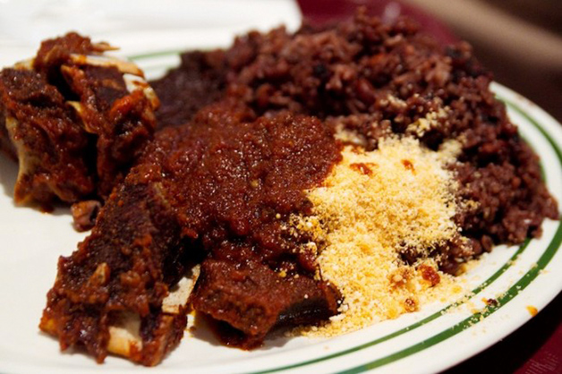 Gana – Waakye, feito de arroz cozido junto com o feijão.