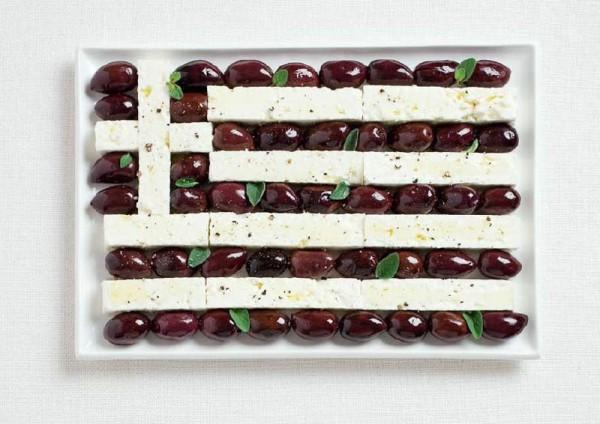 Bandeira da Grécia feito a partir de azeitonas Kalamata e queijo feta.