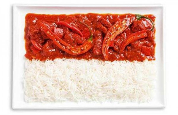 Bandeira da Indonésia feita a partir de caril e arroz picante (Sambal).