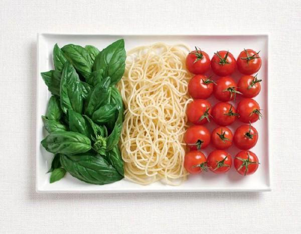 Bandeira Italiana feita de manjericão, massas e tomates.