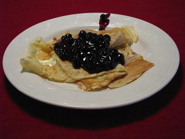 Suécia – Panquecas, servidas com um recheio de doce frutado.