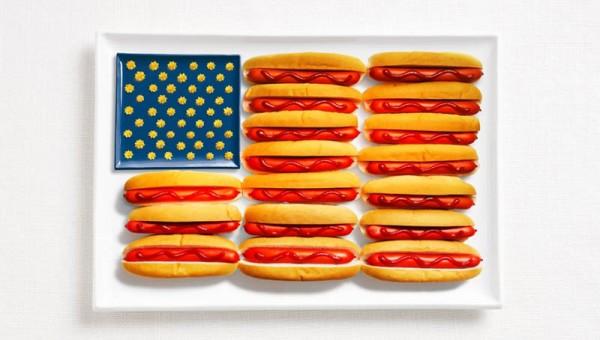 Bandeira dos Estados Unidos feita a partir de cachorros-quentes, ketchup e mostarda e queijo.