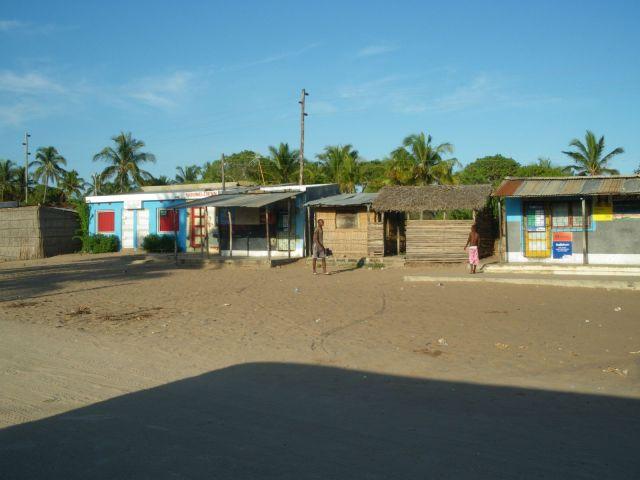 As casinhas na estrada entre Maputo e Tofo. Foto: Thaís Freitas