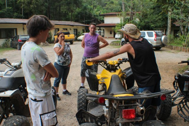 Marcelo, nosso guia nos dando as orientações sobre como funciona um quadriciclo. Foto: André Coelho