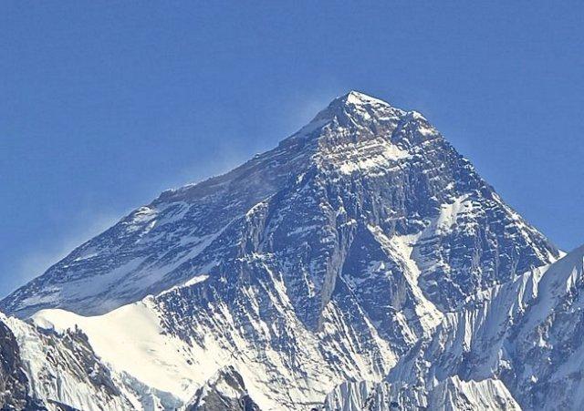 China e Nepal – O cume da montanha mais alta do planeta, o Everest, marca a fronteira entre o Nepal e a China.