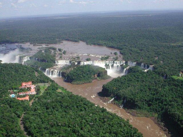 Argentina e Brasil - As Cataratas do Iguaçu marcam a fronteira entre o estado do Paraná e a província argentina de Misiones.