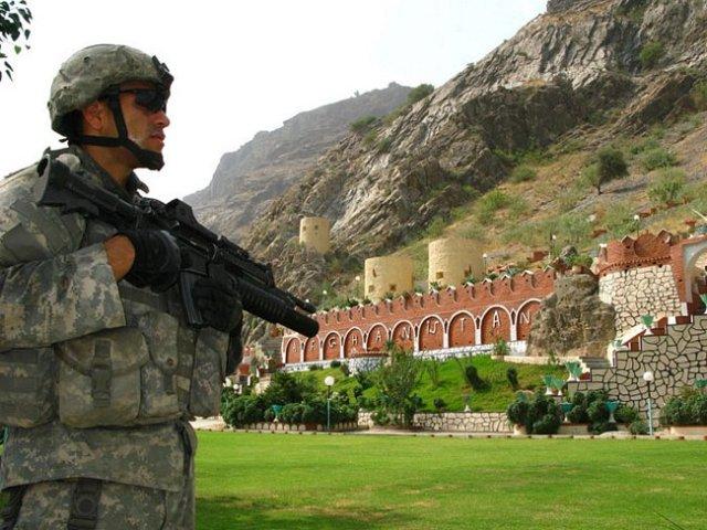 Afeganistão e Paquistão - Soldado americano vigiando o Torkham Gate, que divide o Afeganistão do Paquistão.