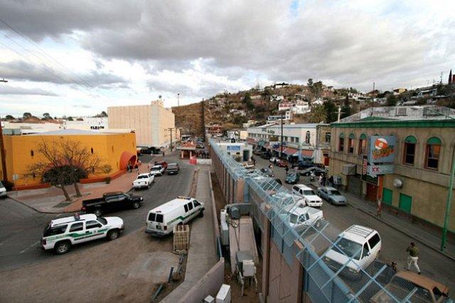 Estados Unidos e México - Divisão entre Nogales, Arizona (esquerda) e Nogales, Sonora (direita). A fronteira entre Estados Unidos e México é a mais atravessada do mundo.